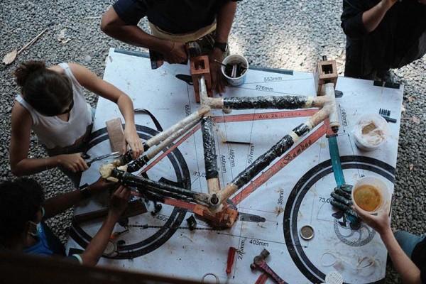 Hands-on workshop fixing a bike